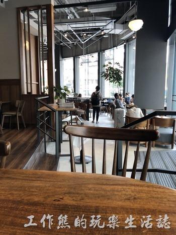 《Coppii Lumii Living Cofee》南港經貿店的外觀與內部裝潢。