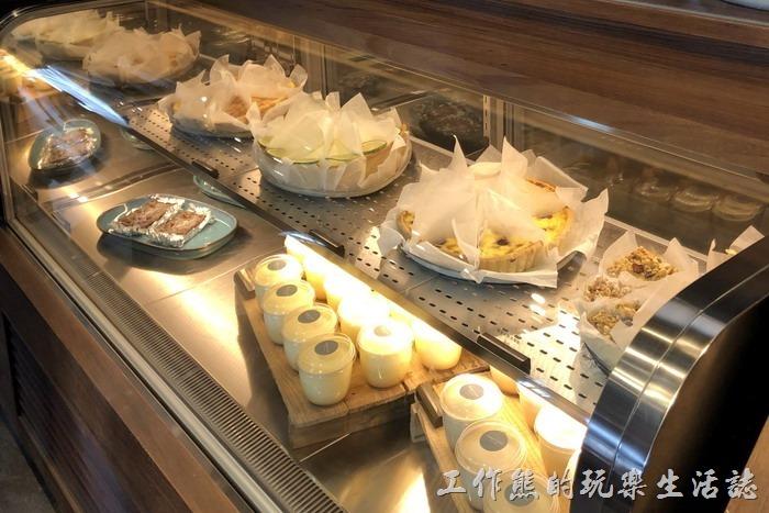 CoppiiLumii不只賣咖啡,也賣小蛋糕,而且還蠻好吃的,感覺上這裡的糕點比星巴客的來得好吃多了!