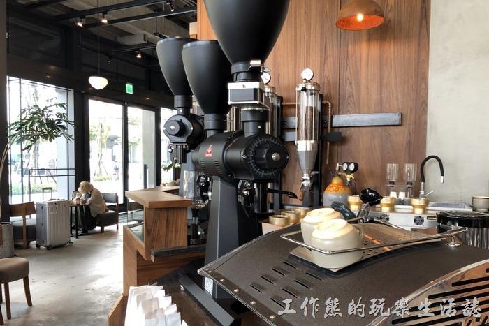 台北南港-Coppii_Lumii。感覺上其裝潢走暖色系,咖啡館應該是想營造一種自己烘培咖啡氛圍,所以到處都可以看到咖啡豆及烘培的影子。