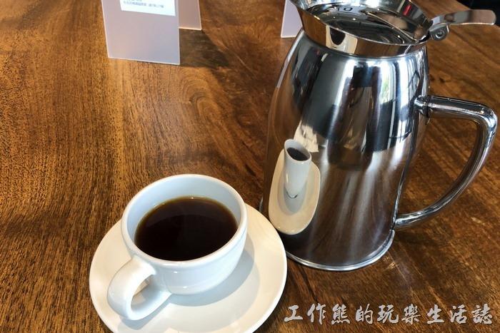台北南港-Coppii_Lumii。這是工作熊點的朗朗日安大早餐,大早餐套餐可以則黑咖啡/深焙轟茶/陽光果汁任一款飲品,這壺咖啡為淺黑咖啡,大概可以倒個3-4杯,所以如果有多人用餐,可以選擇不同的飲品,大家互相分享一下!