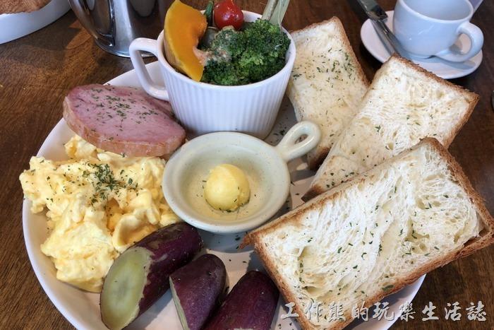 台北南港-Coppii_Lumii。這個就是「朗朗日安」大早餐的餐點了,包含有爐烤蔬菜、栗子甘藷、金黃嫩蛋、信功火腿及單賣麵包,對上班族來說份量著實不少。