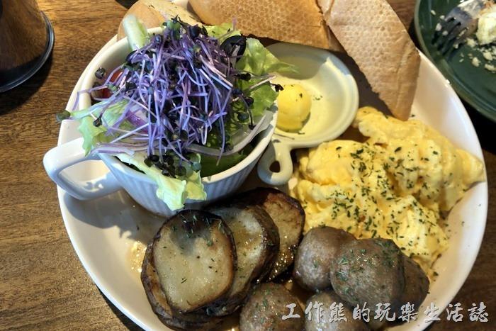 台北南港-Coppii_Lumii。「市場旅人大早餐」,內容有油醋沙拉、香草薯塊、金黃嫩蛋、洋蔥肉丸、法國麵包。