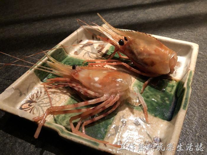 台北-明水三井日本料理04。從生魚片蝦子取下的蝦頭,建議可以多留一點料在蝦頭中,這樣酥炸後才比較有料。