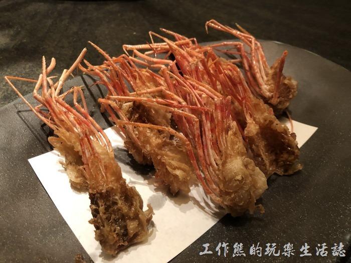台北-明水三井日本料理。酥炸後的蝦頭又可以是一到可口的料理,蝦頭酥炸後酥脆可口,有點類似蝦味先的感覺。