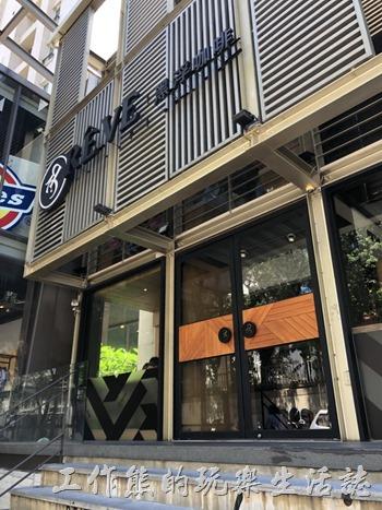 《黑浮咖啡》台南萬昌店的外觀。