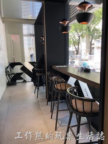 《黑浮咖啡》一樓的等待區,一個靠窗的小吧台!