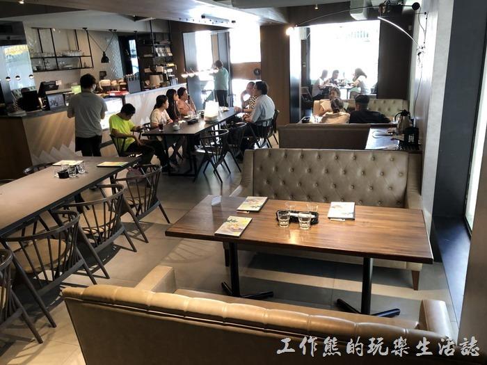 《黑浮咖啡》台南萬昌店一樓的景色。
