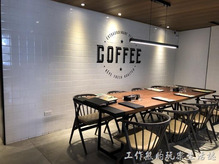 《黑浮咖啡》台南萬昌店二樓的景色。