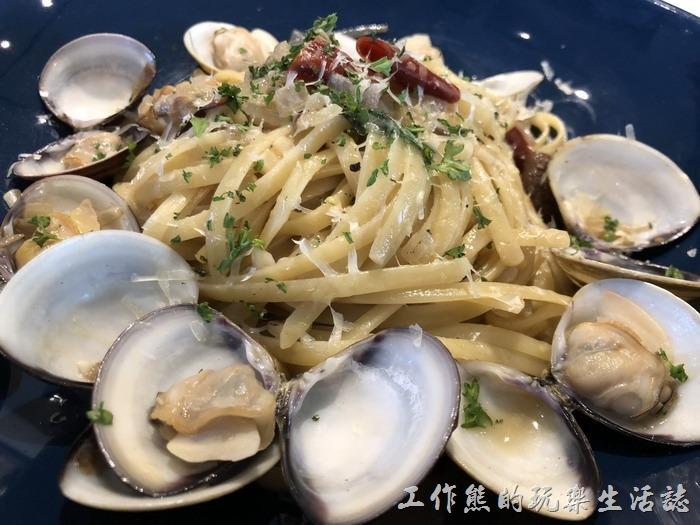 台南-黑浮咖啡。辣味白酒蛤蜊義大利麵(細扁麵),單點NT270。