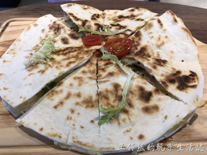 台南-黑浮咖啡。黑胡椒燻雞起士薄餅,NT220。
