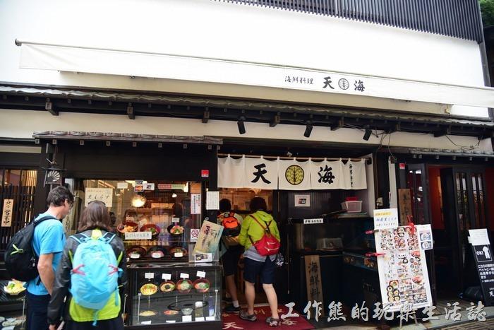 鐮倉江之島的「天海」海鮮丼飯日本料理的外觀,店門口有餐點的模型,還有中文菜單可以參考。