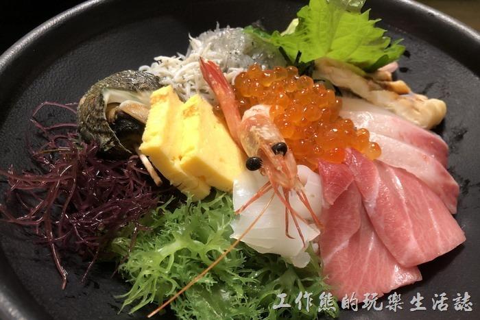日本-江之島天海海鮮丼飯。這是工作熊點的「海鮮丼」,單點日幣1800元,江之島出產的生與熟的魩仔魚、鮭魚卵、江之島生海螺、蝦子、玉子燒、季節生魚片,敢吃生魚片的朋友一定要嚐嚐,其實還蠻划算的,而且海鮮真的新鮮沒話說,好吃!