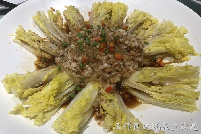 北京-羲和雅苑。蒜茸娃娃菜,RMB55。娃娃菜燙熟後淋上帶有粉絲的肉醬汁。