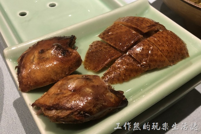 北京-羲和雅苑。北平烤鴨第一吃:「鴨頭+鴨皮」,這是不帶肉的鴨皮,店家建議搭配「藍莓醬」或是「白糖」一起食用。