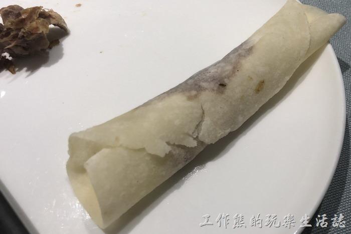 北京-羲和雅苑。用麵皮包著鴨肉、蔥絲、黃瓜條、洋蔥一起食用。