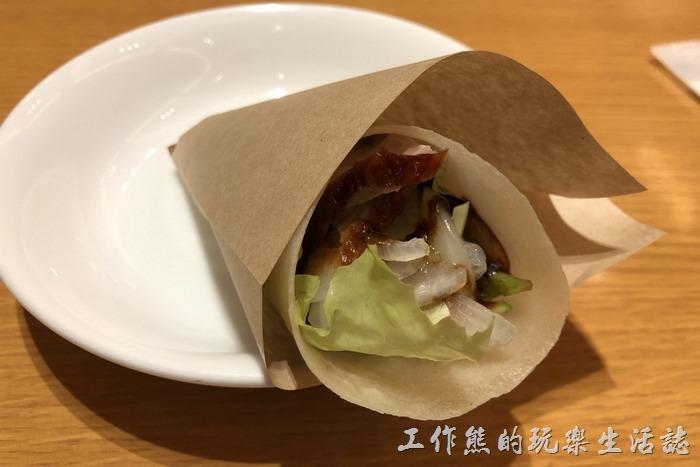 日本-橫濱中華街王朝。這就是「北京烤鴨卷」,麵皮很薄,有兩片鴨胸肉,用由紙袋包著。