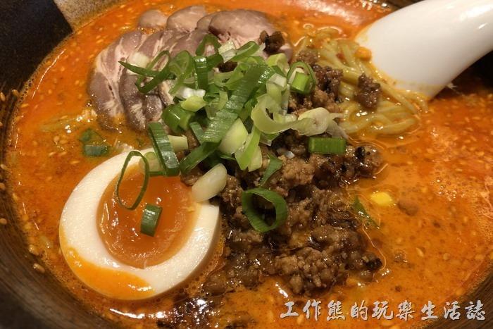 日本-橫濱中華街王朝。胡麻辣味擔擔麵,看店家的介紹,這湯頭是鴨湯而不是豬骨湯,上面放了幾片的叉燒肉(豬五花),還有半顆溏心蛋,配上肉燥、榨菜與蔥花。