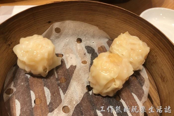 日本-橫濱中華街王朝。鮮蝦燒賣,一籠三個,可以跟擔擔麵組成套餐,蒸籠有點大,只放了三顆燒賣,看起來有點空虛。