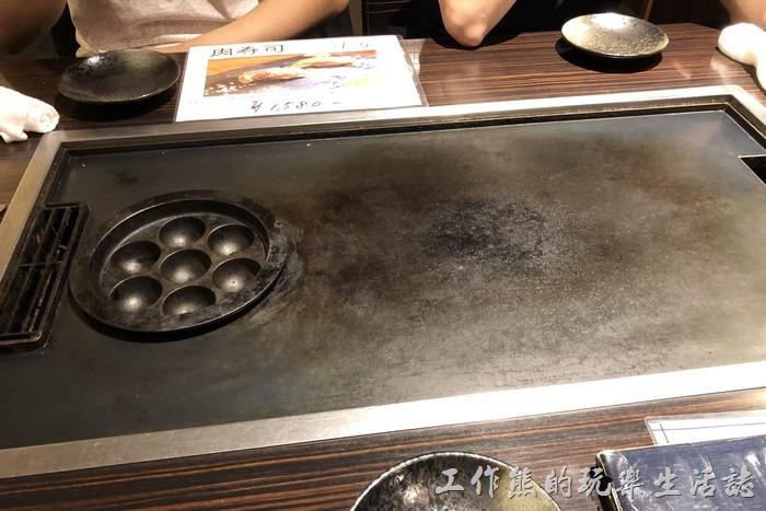 日本橫濱-來【ひじてつ(Hijitetsu)元町店】用餐,會發現餐桌上有一塊大鐵板,這塊鐵板會隨時保持溫度。所以,有小朋友的要特別留意,別燙傷。