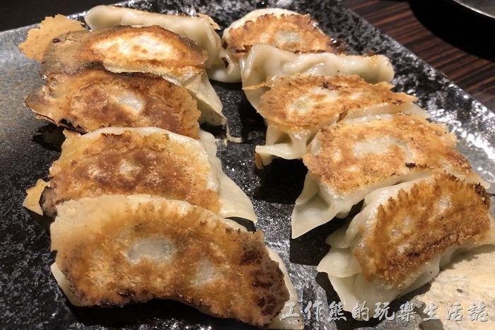 日本橫濱-ひじてつ(Hijitetsu)元町店。我們點了兩份煎餃。日幣800。工作熊個人覺得在日本吃煎餃其實沒有台灣很好吃,因為他們似乎不太會把煎餃煎到外皮帶有酥脆口感,這些煎餃雖然外皮已經金黃,但是吃起來還是軟軟水水的。