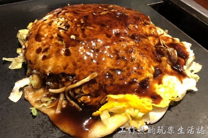 日本橫濱-ひじてつ(Hijitetsu)元町店。接著上場的是「廣島燒」,一份日幣890。我們總共點了兩份。這一份的份量其實好大啊,一個人吃應該吃不完,裡面有蔬菜、豬肉片、炒麵,雞蛋。