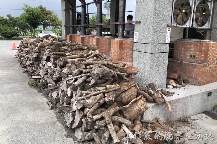 宜蘭-大崁城甕缸雞。甕缸雞紅磚窯的現場四周擺滿了大小不一的龍眼木及荔枝木。不過這些木頭看起來似乎是擺設,感覺上應該有一段時間沒有搬動過了,可能店家一般都是撿前面的材燒。