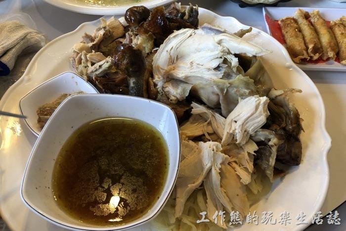 宜蘭-大崁城甕缸雞。這次由工作熊主撕這隻甕缸雞,雖然不是第一次,但還是有點生疏,撕完的雞肉大小不一,尤其是雞腿肉更不好撕。這甕缸雞吃起來有著淡淡的龍眼及荔枝箱,敢吃皮的也不要忘記,沾著雞油或胡椒鹽吃都各有不同美味。