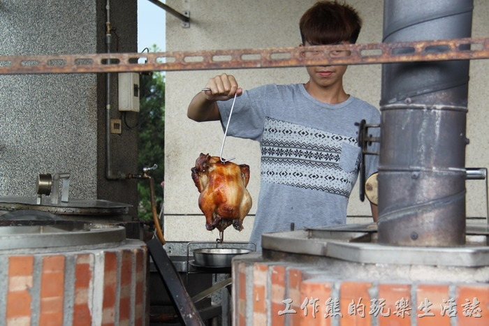 宜蘭-大崁城甕缸雞。看到工作熊拍照,員工還特意秀出一隻烤好的甕缸雞給工作熊拍照!真是不好意思!