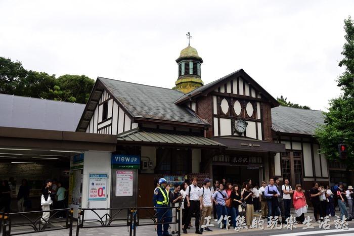 從JR原宿車站出來後往右走就可以看明治神宮的「南參道」入口了。