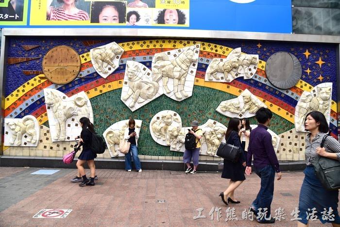 JR涉谷車站外牆也有成群的小八秋田的浮雕像,也是很多人碰面匯合的地點。