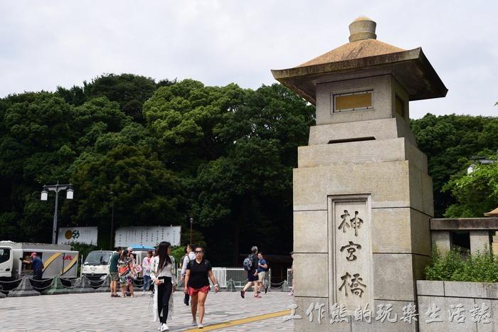 從JR原宿車站出來越過這座「神宮橋」,後面就是「明治神宮」的範圍了。