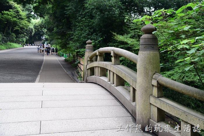 日本-明治神宮。這座橋稱之為「皇橋」,在日本很多橋樑上的橋墩裝飾好像都是這個「擬寶珠」形狀。