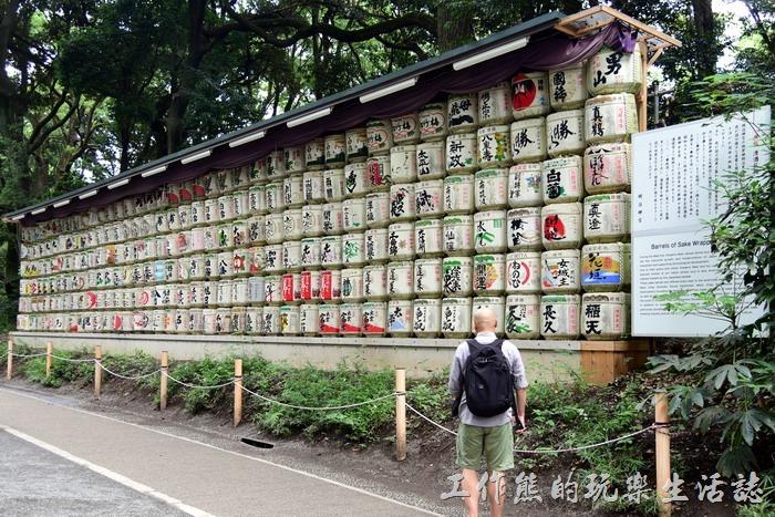 日本-明治神宮。過了「皇橋」之後不遠可以看到道路一旁來列整齊的日本清酒桶(神酒牆),