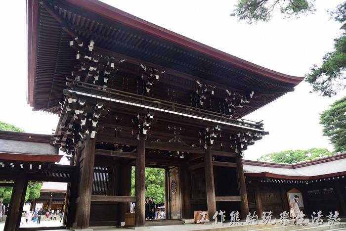 明治神宮內的木製兩層入母屋造大門,也是全木頭建築。