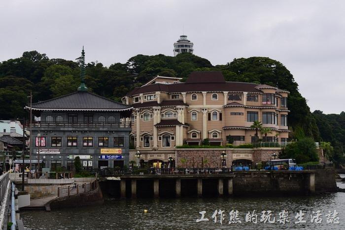 終於到達了「江之島」,米黃色那棟建築是「江之島溫泉」會館,有興趣的朋友可以在這邊一邊泡溫泉一邊欣賞海景。古色古香黑色那棟是「えのすぱ別館」,裡面有迴轉壽司及其他餐廳。