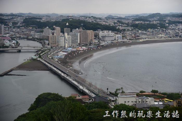 從江之島海蠟燭的觀景台遠眺「片瀬東浜海水浴場」的方向。