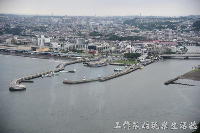 從江之島海蠟燭的觀景台遠眺「片瀬西浜碼頭」的景象。