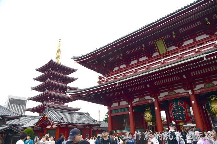【淺草寺】又名金龍山淺草寺,位於日本東京都台東區淺草二丁目,是東京都內歷史最悠久的寺院。山號為金龍山。供奉的本尊是聖觀音。原屬天台宗,於第二次世界大戰後獨立,成為聖觀音宗的總本山。觀音菩薩本尊通稱為「淺草觀音」。