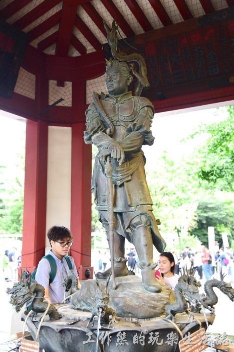 日本-淺草寺。沙竭羅龍王像,八大龍王之一。這應該是梵語直接翻過來的,台灣一般翻為「娑伽羅龍王」是海龍王,站在「手水舍」的池子上方。