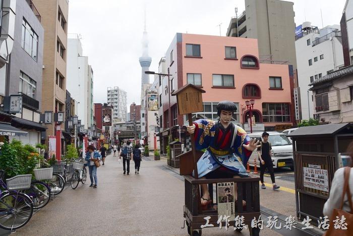 在淺草寺表參道、仲見世商店街的中段位置可以看到整根的晴空塔,不過當天天氣不是很優,不時有雲層遮擋。