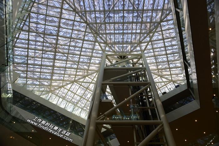 進到「台南市美術館2館」中間有個大天井,抬頭往上望可見透天的採光鐵架。