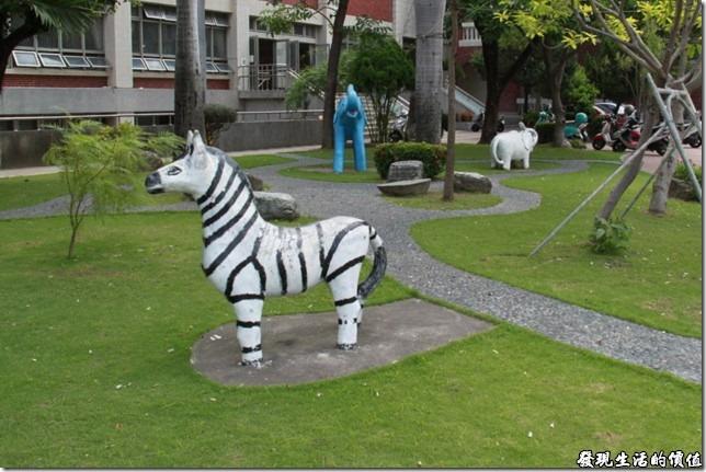 台南-公園國小。印象中好多老學校都有這類動物造型的水泥裝飾及玩具,因為很多小朋友都很喜歡爬上這些動物的背上玩耍,好像是民國60~70年代的產物。