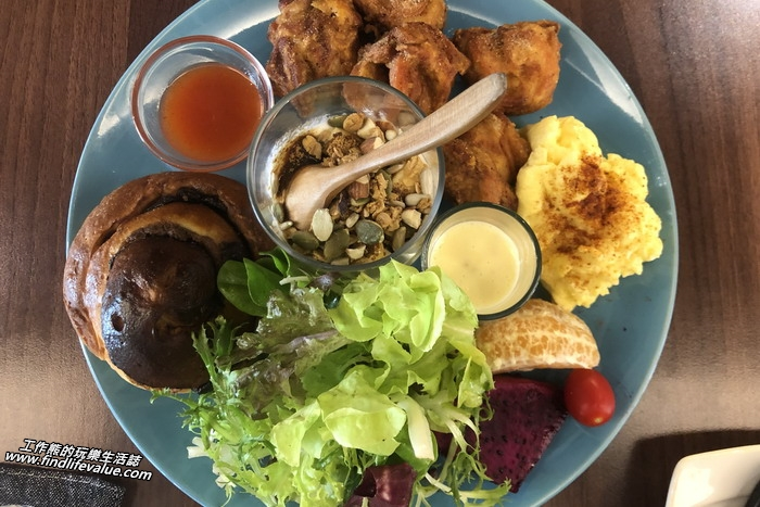 台南「拾分」咖啡早午餐。泰式酸辣唐揚炸雞+當日精選麵包,NT280。唐揚就是炸雞的意思,有一小杯的優格、散蛋、水果沙拉、一杯堅果,相當的豐盛。