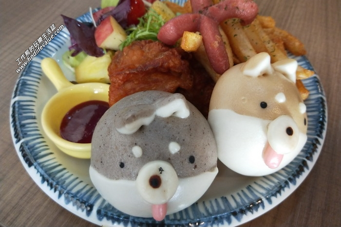 台南:豆弄。雙色柴犬餐套餐,NT240。這是此行的重頭戲,雙色柴犬一隻灰色一隻棕色。套餐有四塊炸雞、熱狗、薯條與水果沙拉。