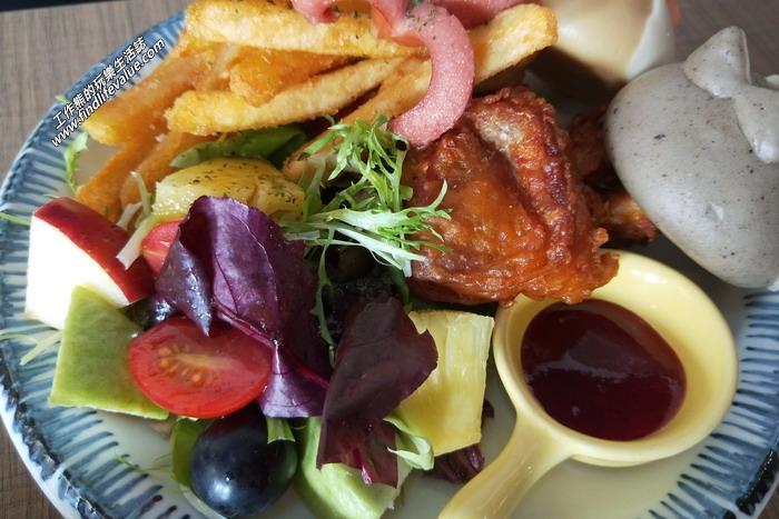 台南:豆弄。雙色柴犬餐。雙色柴犬套餐的雞塊吃第一口還蠻好吃的,皮脆肉嫩。