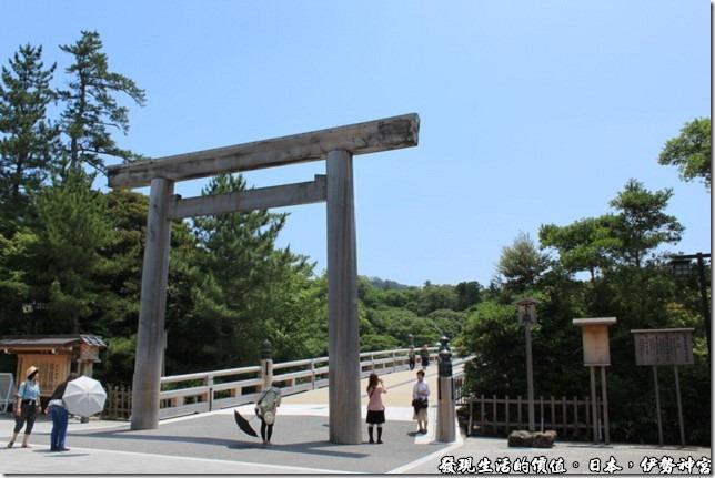 日本伊勢神宮,伊勢神宮的入口處正有日本民眾在鳥居下對著神宮的方向鞠躬表示敬意。