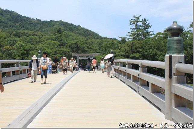 日本伊勢神宮,這橫跨在五十鈴川之上的橋面還蠻寬的,可以有容許兩部小轎車會車呢!但平時應該是不許車輛通行的。