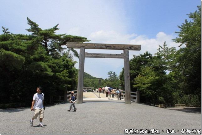 日本伊勢神宮,橋的兩端各有一座鳥居,難道只有橋上才是神明居住的地方?因為鳥居通常代表著人間界與神明界的門,也就是一種節界,哎呀!日本卡通看太多了。