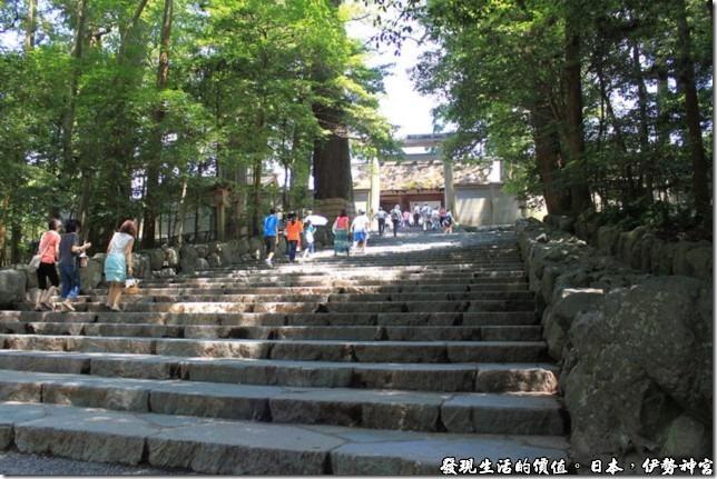 日本伊勢神宮,伊勢神宮內是不準拍照的,所以只能順著階梯往神宮的方向拍照。不過一進入神宮後發現其實不拍照也不會覺得遺憾就是了。