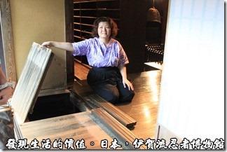 日本伊賀流忍者博物館,這裡有一個更大的物品收藏區,平常還偽裝成一道門檻或是拉門的軌道,其實這個鬼倒是被可以拆開然後掀起地板。